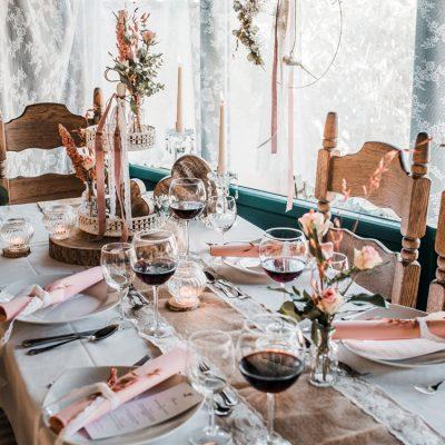 Hochzeitstisch im Rosé-Stil