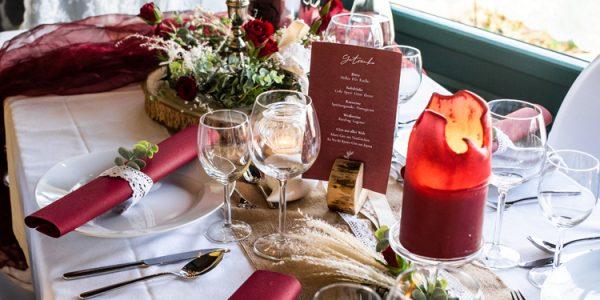 traditioneller Hochzeitstisch im Bordeaux-Stil