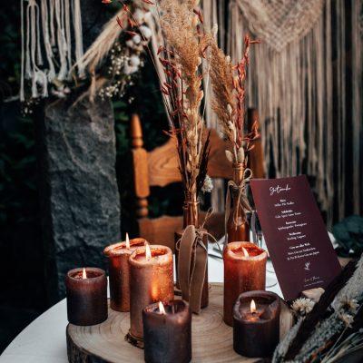 Verschiedene Holz-Elemente und Kerzen